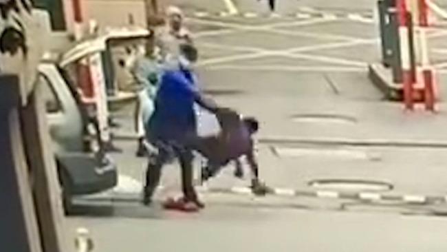 江苏南通城管拎起老人猛摔地上 官方回应:已停职 警方正调查中