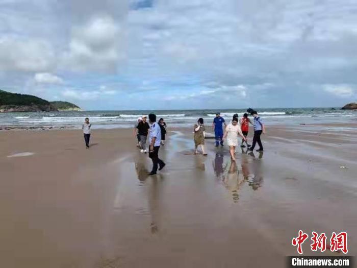 浙江温州苍南民警劝返沙滩游客。 黄林姿供图
