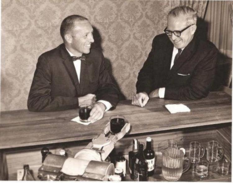 图左一为德沃尔(George C. Devol);右一为约瑟夫·恩格尔伯格(Joseph Engelberger)