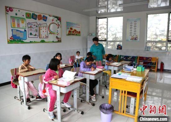 图为窦玉丽在给学生上课。 杨旭 摄