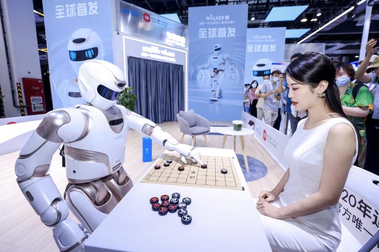 熊猫机器人优悠的原型机Walker X在下象棋