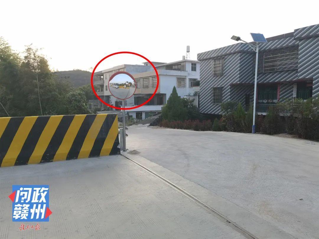 △改造后的纸帮大桥,桥头的拐弯路口安装了凸透镜。