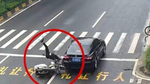 骑手追尾轿车360度腾空翻滚 后方车辆避让不及连撞花基