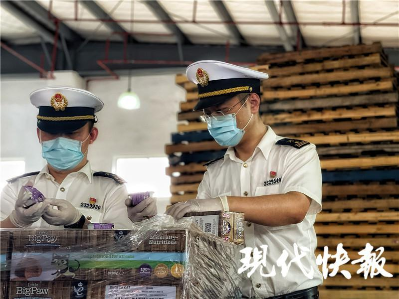 △常州海关关员正在对进口货物进行现场查验 卢玮摄