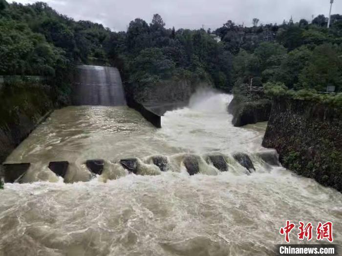 浙江温州苍南桥墩水库开闸预泄。 刘经标供图