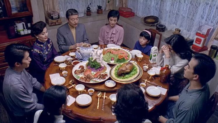 李安导演的《饮食男女》中全家人一起吃饭的场景。