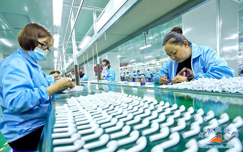 9月15日,张掖智能产业园中云科技蓝牙耳机生产车间内,200多名工人从蓝牙耳机的焊接、装配,测试、分拣,包装等各个环节们分工协作,一派紧张忙碌的生产景象。