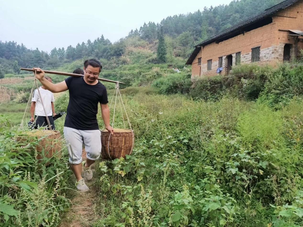 蒋能杰用双脚折返乡村。