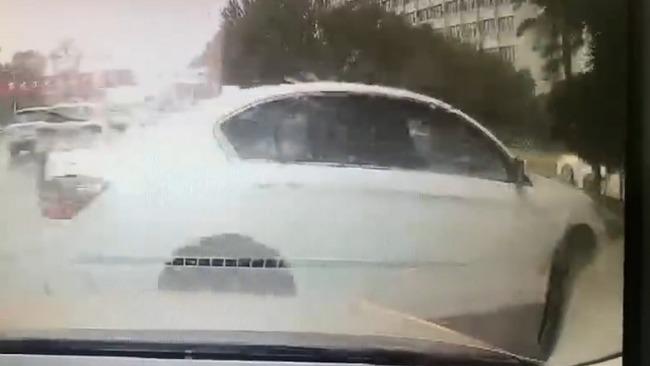 司机开斗气车强行别出租被撞侧翻