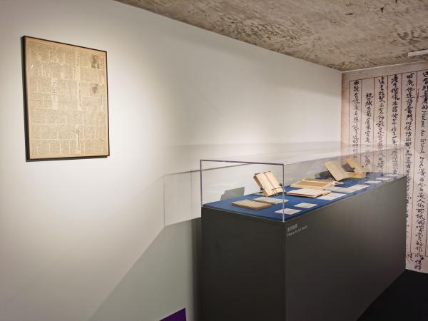 展览以文献资料的形式呈现,左上为1952年刊载梁思成文章的《人民日报》