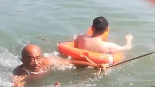 游客被浪卷进海中 救援队巡逻发现救回