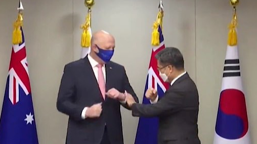 澳防长不会碰肘礼韩防长无奈示范 网友:太尴尬了