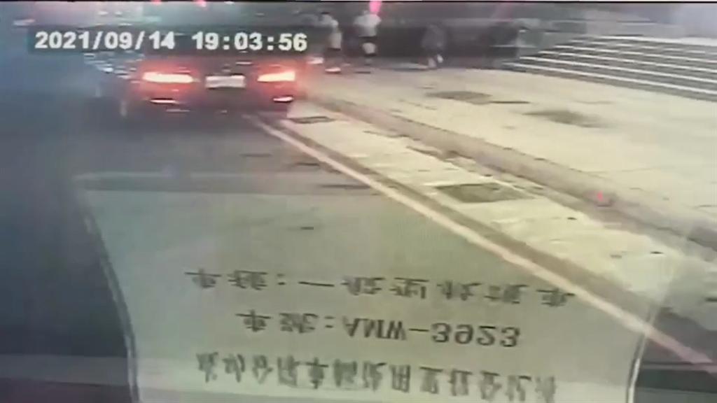 救护车将其送往医院画面