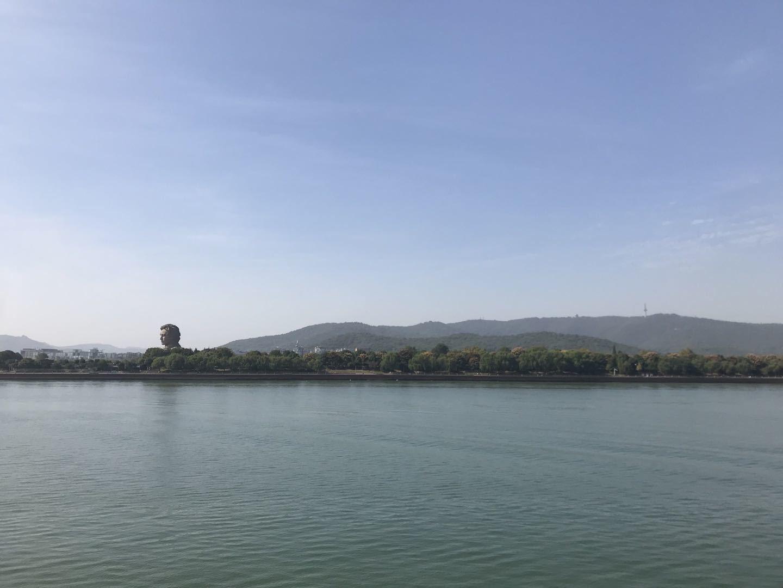(從湘江東岸遠眺橘子洲和西岸的岳麓山,作者供圖)