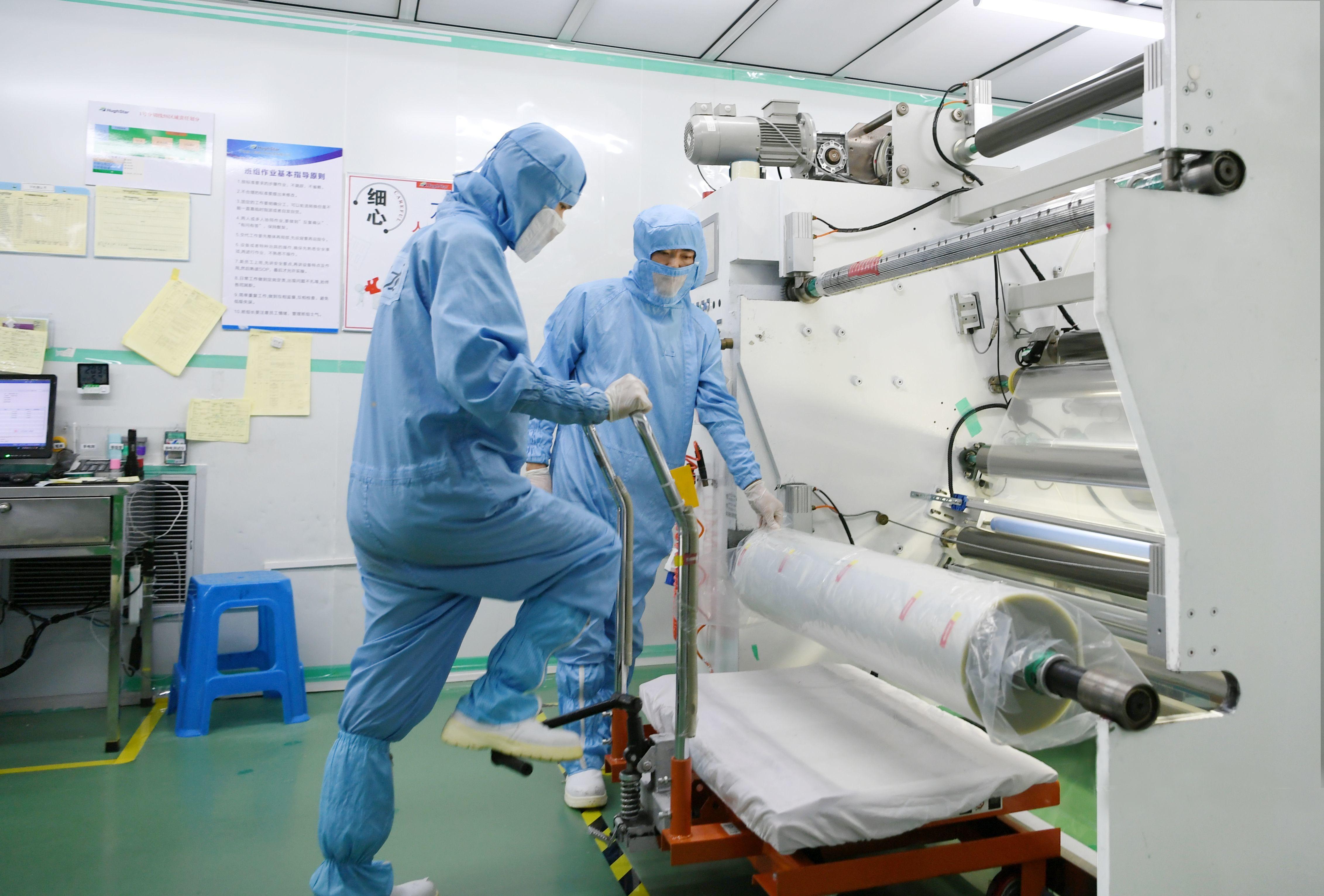 图为宁波惠之星新材料科技有限公司工人们在生产车间工作。