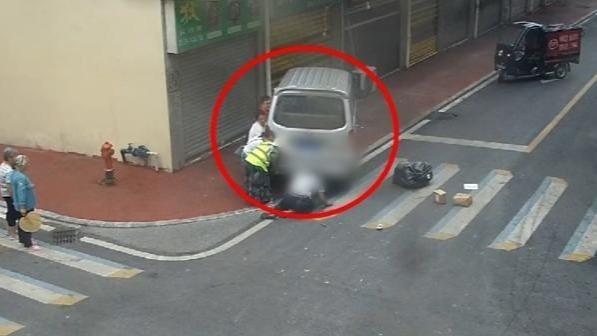 快递车和面包车相撞瞬间:快递员被卷入车底 十余秒获救