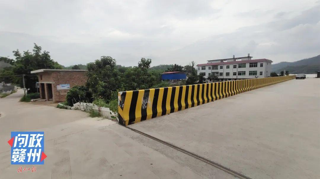 △改造前的纸帮大桥,其中一侧道路两端的拐弯处与大桥的护墙夹角几乎成90度。