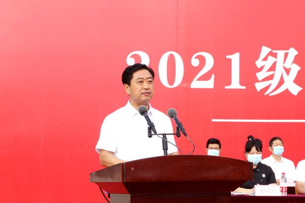 校党委副书记王俊和主持大会