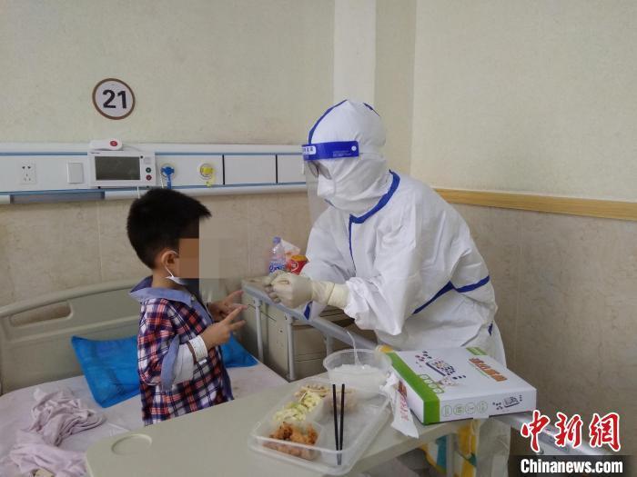 小患者在莆田学院附属医院和医务人员玩石头剪刀布。 严俊腾 摄