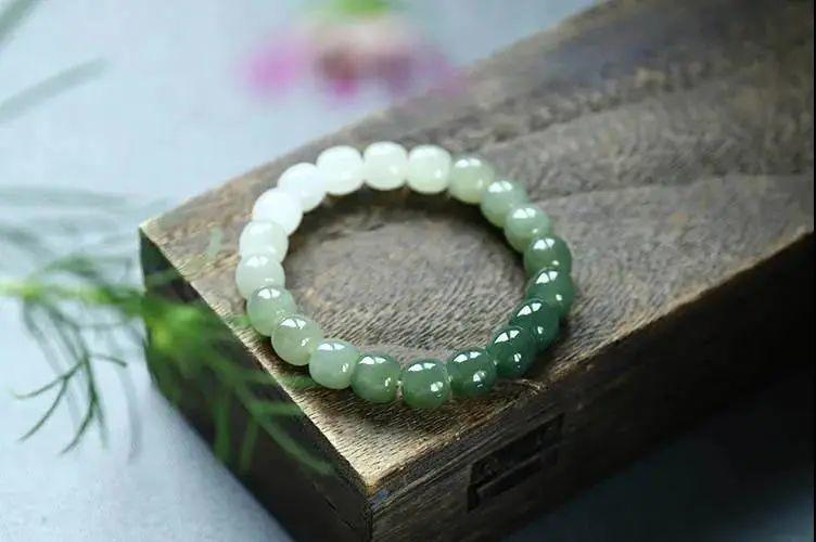 """对于女人来说,每一颗珠宝都是有生命的故事,而珠宝里,和田玉可以算得上是佳品,自古就有""""玉养人""""之说。"""