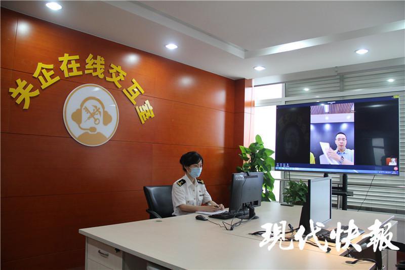 △苏州海关关员通过企业交互系统对加工贸易企业实施核查 周文琦摄影