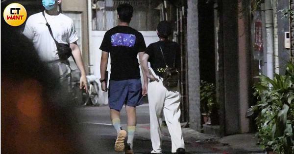 近期又被传有孕,陈乔恩走路时还不时扶腰,让人忍不住猜测传言的真实性。 (图/本刊摄影组)