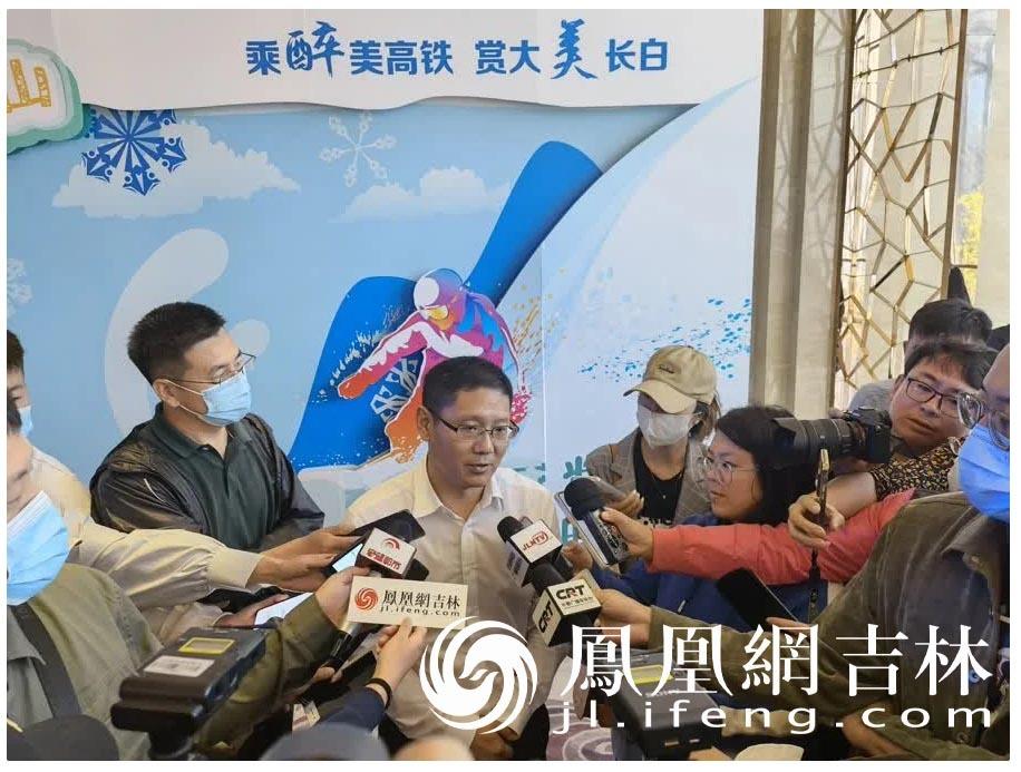 长白山管委会旅游和文化体育局局长耿德勇接受媒体采访。
