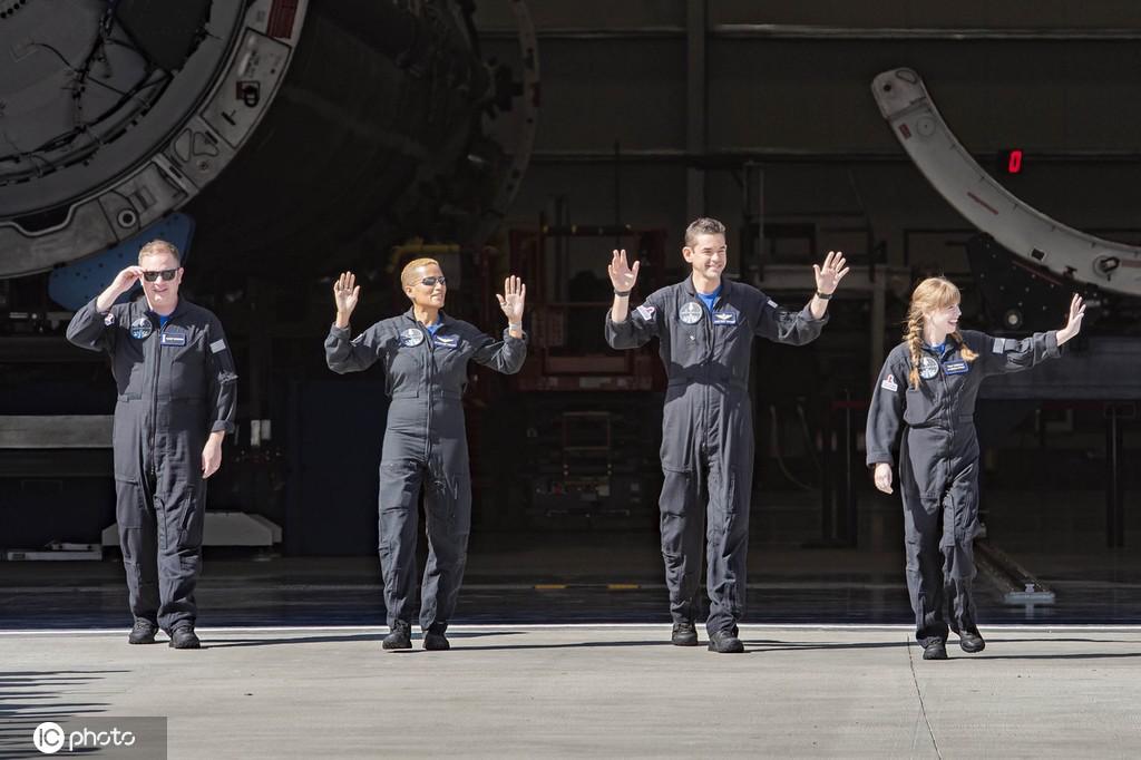 """搭乘Space X进入太空的四名成员。这是世界首个进入地球轨道的""""全部非专业宇航员机组""""。"""