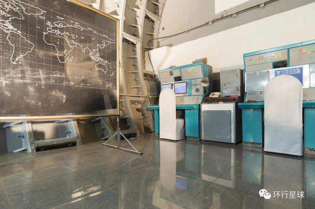 两台绿色设备即是操作台模拟装置