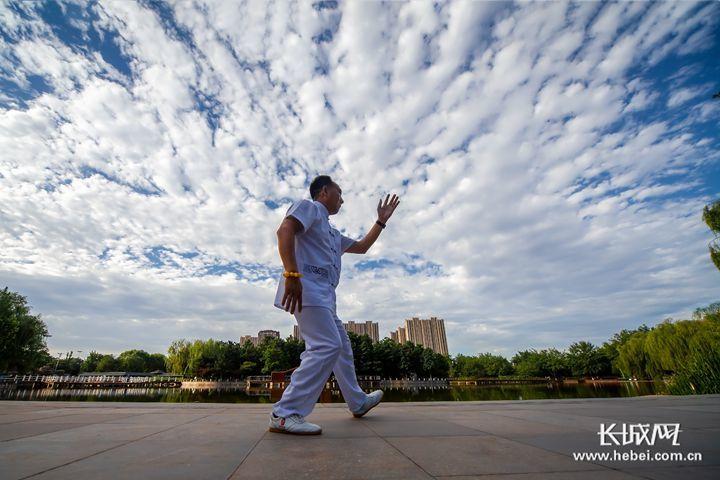 石家庄市民在蓝天白云下锻炼。王汝春 摄