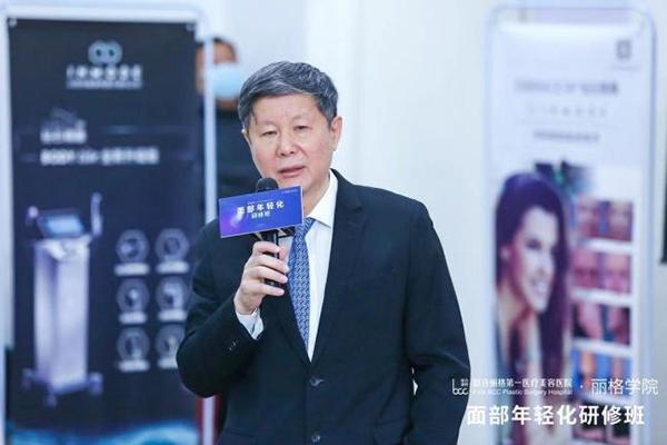 开幕式上联合丽格第一医院业务院长杨大平教授致开场辞