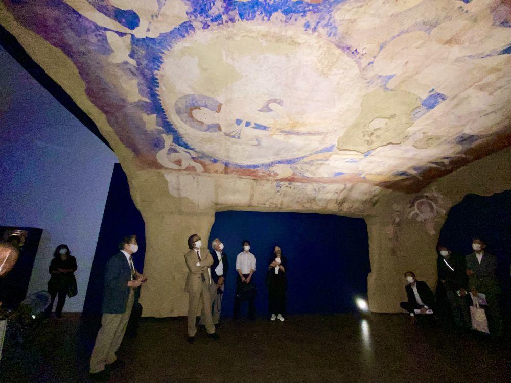 9月13日,东京艺术大学客座教授前田耕作讲解巴米扬东大佛佛龛上的天井壁画《天空飞翔的太阳神》。新华社记者 郭丹 摄