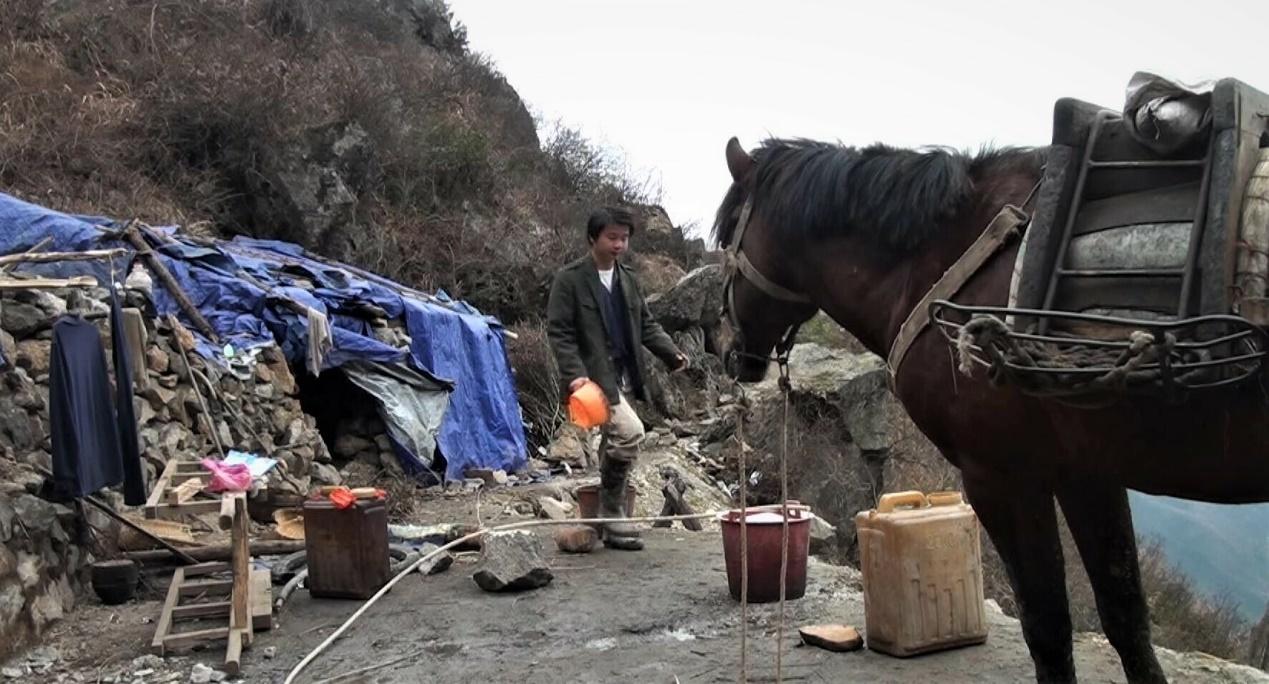 蒋能杰出现在纪录片《矿民、马夫、尘肺病》中。