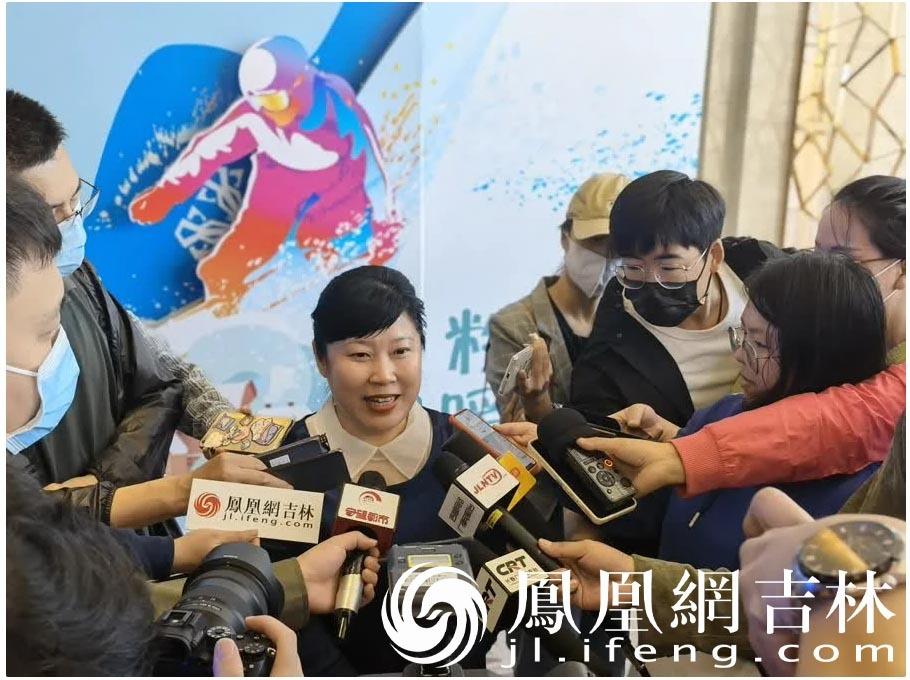 长春市旅游协会会长崔源玉接受媒体采访。
