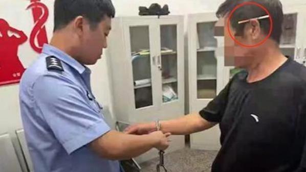 男子乱丢烟头引发火灾被拘 戴手铐时耳朵上仍夹着香烟