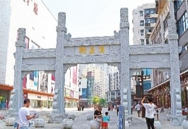 2019年,市民在汉正街打卡拍照。