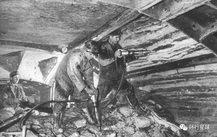 施工者在地堡内工作