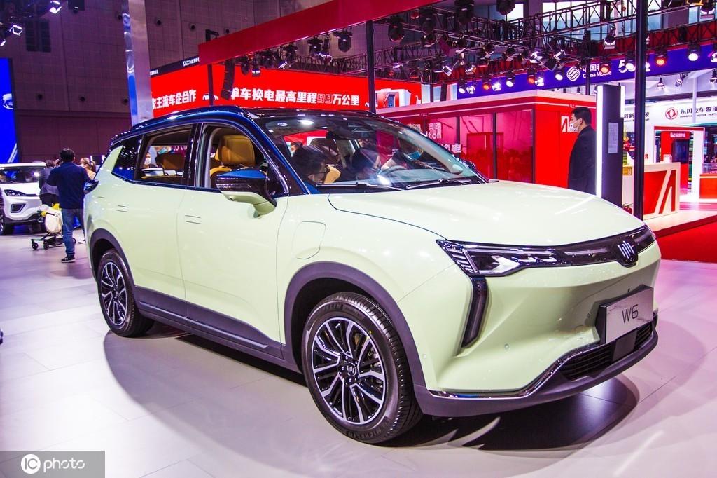 2021年4月27日,上海国际车展上的威马W6