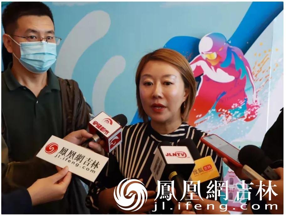 马蜂窝旅游东北区负责人赵娜接受现场媒体采访。