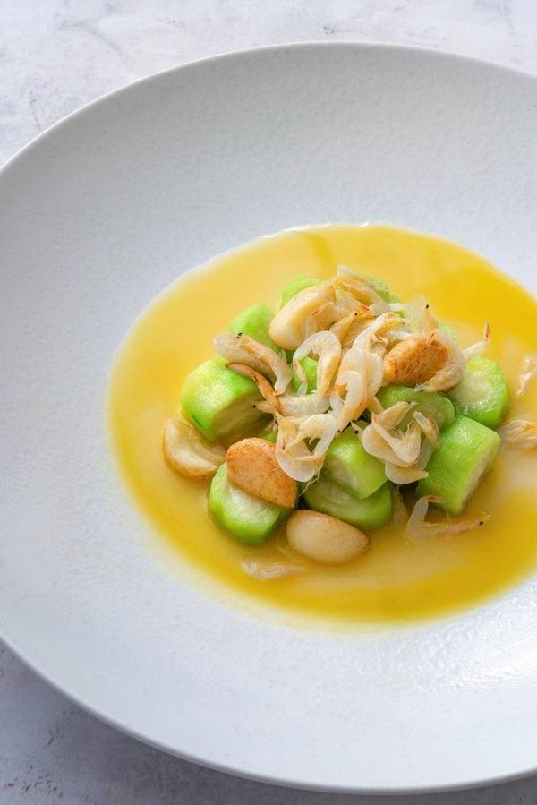 芒种虾烧丝瓜,从菜名看就知道是个过了芒种就很难再见到的菜。
