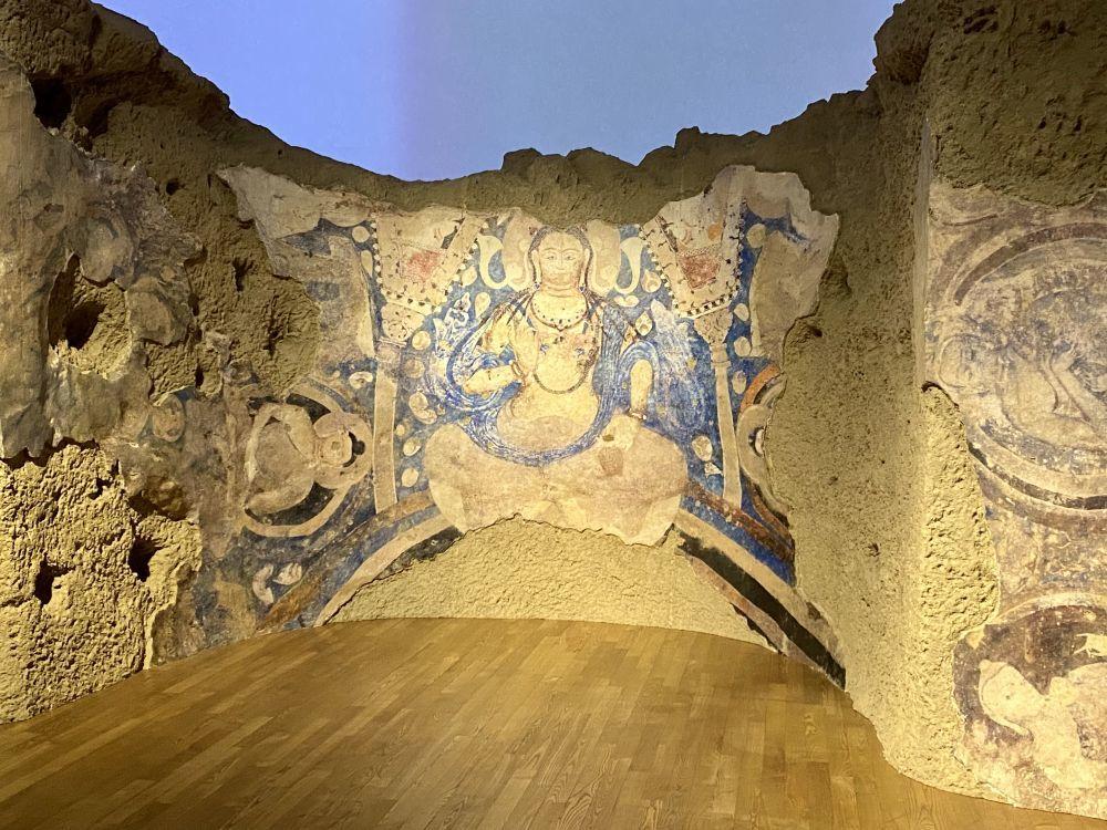 """9月13日,在东京艺术大学美术馆内展示的用""""克隆""""技术复原的阿富汗巴米扬E号窟天井壁画《青弥勒》。新华社记者 郭丹 摄"""