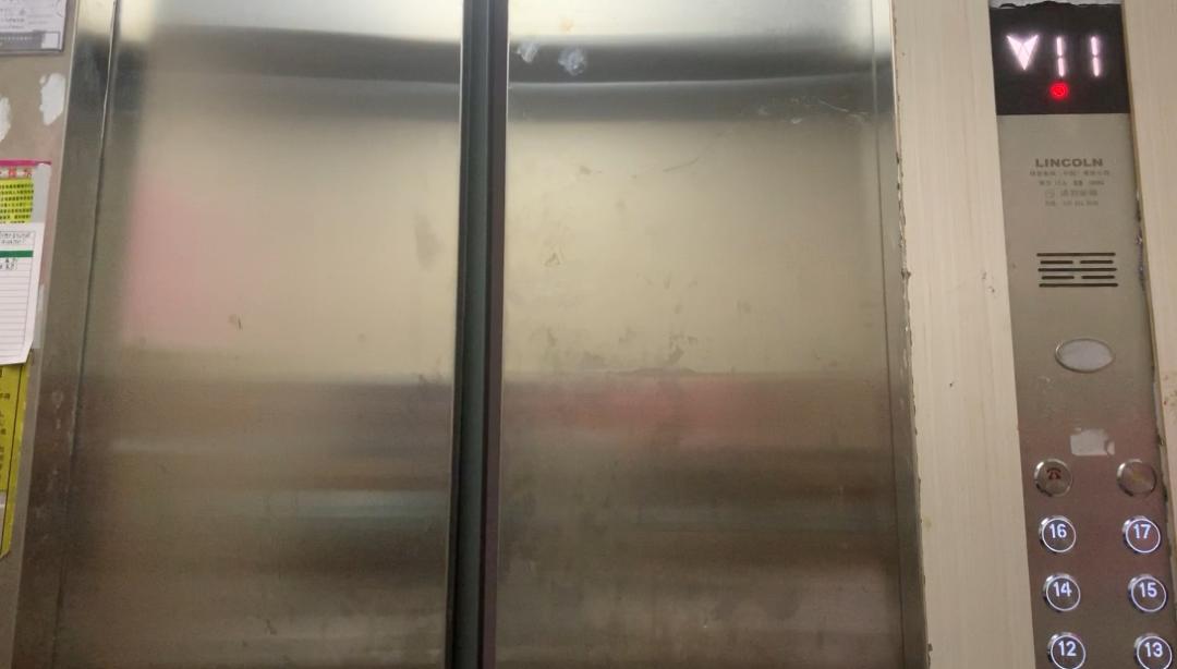 △ 15栋1单元电梯门在11楼仅开一条缝