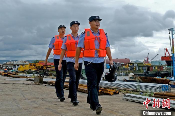 舟山市公安局普陀区分局展茅派出所民警在渔港码头开展防台工作。 刘宇翔 摄