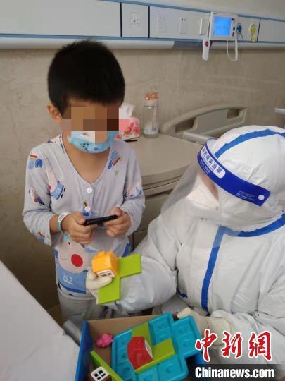 小患者在定点医院莆田学院附属医院玩玩具。 严俊腾 摄