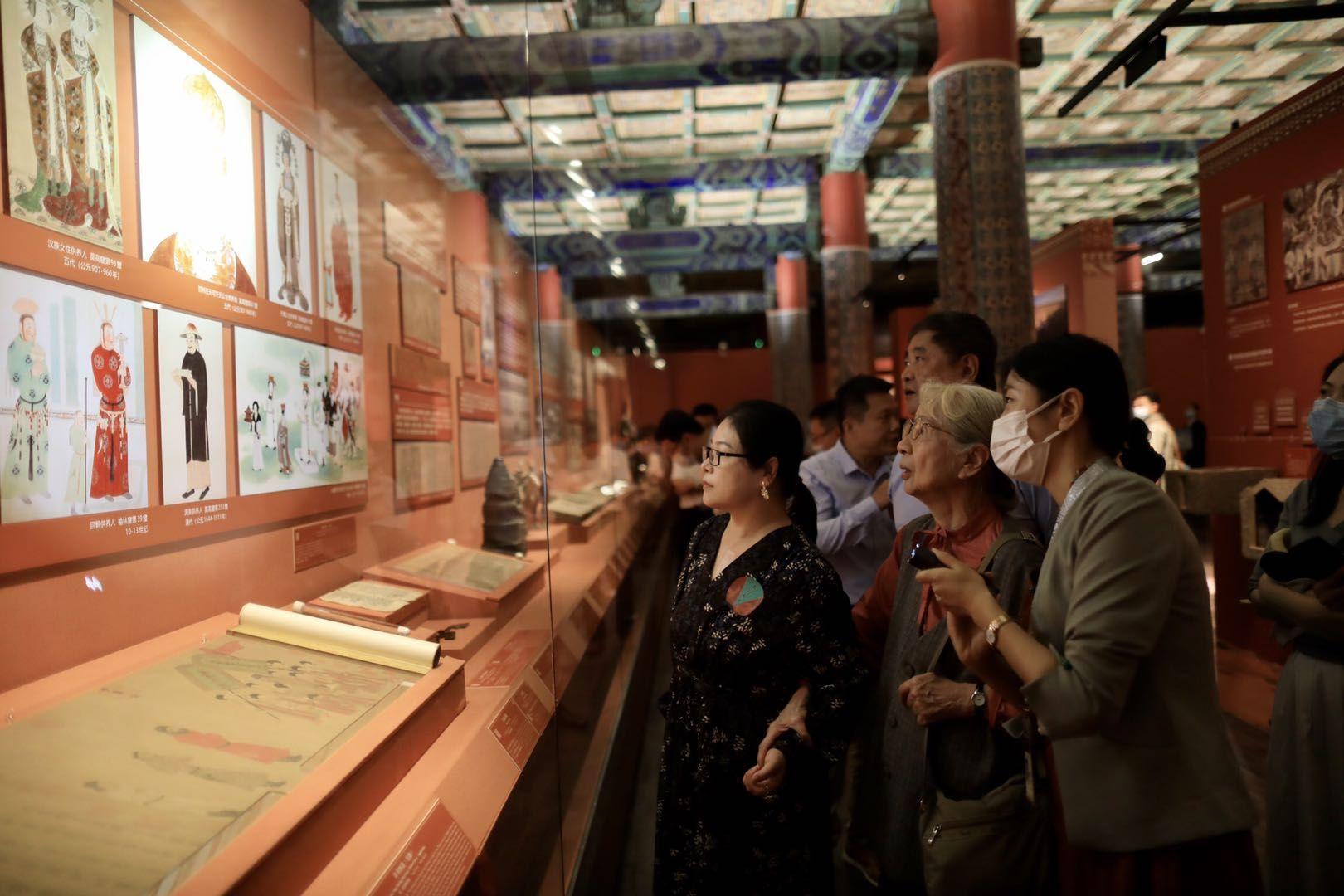 观众在参观展览 新京报记者 浦峰 摄