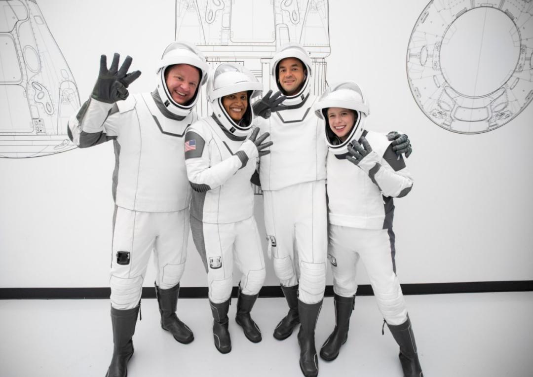 """四位乘客在正式开始""""太空游""""前,接受了长达6个月的训练。"""