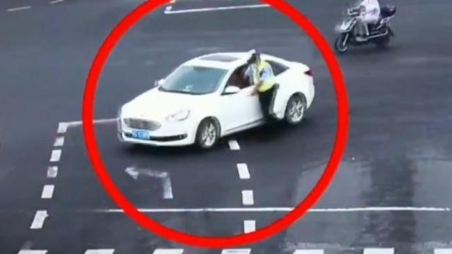 惊险!上海一执勤民警执法时遇车辆逃逸被拖行