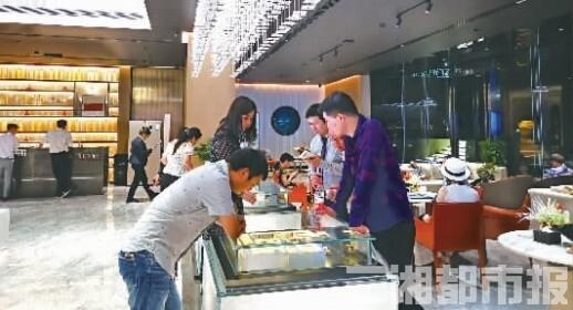 (在湖南一项目营销中心,市民正在咨询购房事宜。记者 卜岚 摄)