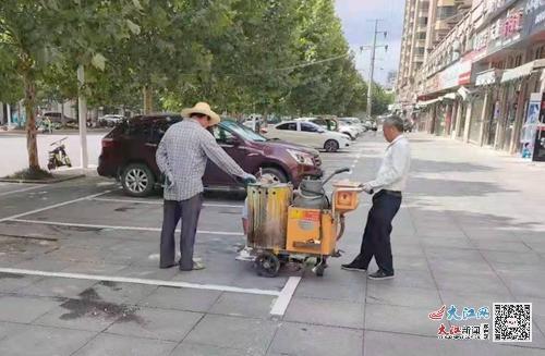 施工人员在人行道上划停车泊位