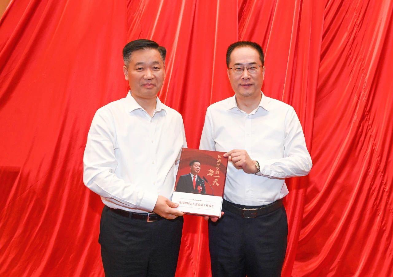 """潘国强(左)与韩卫合影。  图片来自""""张家港发布"""""""